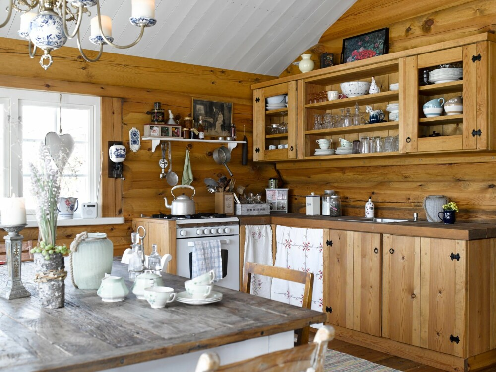 FOR HÅND: Kjøkkenet er bygget på stedet, og er robust med solide, smidde hengsler. Til og med alle spikere er smidd for hånd.