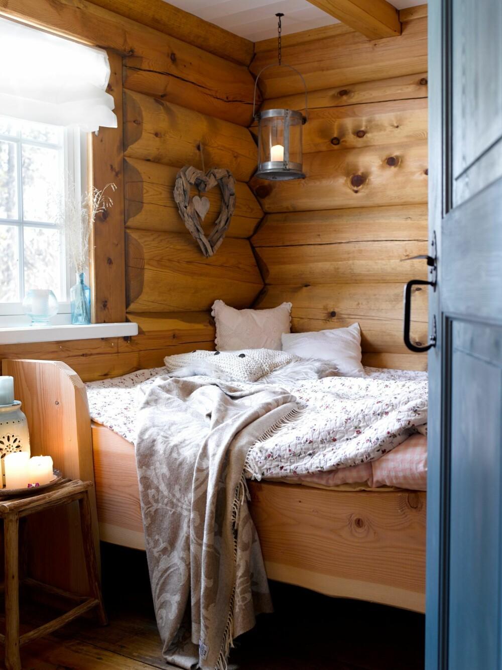 LUNT KRYPINN: Døren  og sengen er laget av Simostranda Stav & Laft.