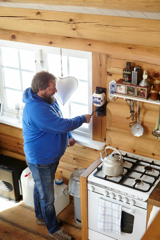 HÅNDKRAFT: Den gode, gamle kaffekvernen er stadig i bruk.
