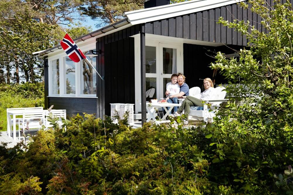 UTELIV: Gode uteplasser omkranser hytta. For familien er det uvurderlig, for slik kan dagene tilbringes utendørs, nesten uansett vær. Denne terrassen ligger på siden av hytta med inngang til stuen.