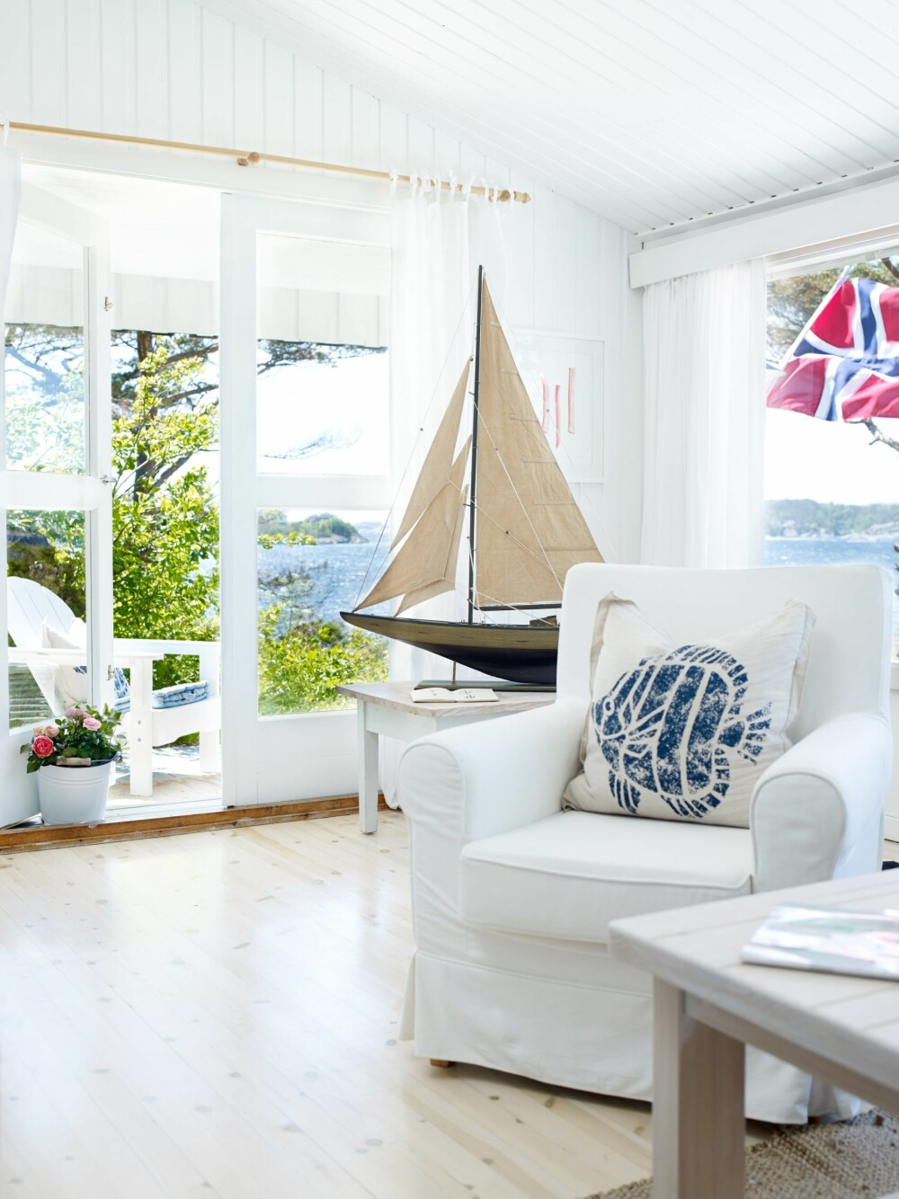 KAHYTTEN: At hytta kalles Kahytten, er lett å forstå. Seilbåten forsterker følelsen av å være på havet, selv om vi er innendørs på land. Utenfor stuen ligger den lille uteplassen som har utsikt mot havet.