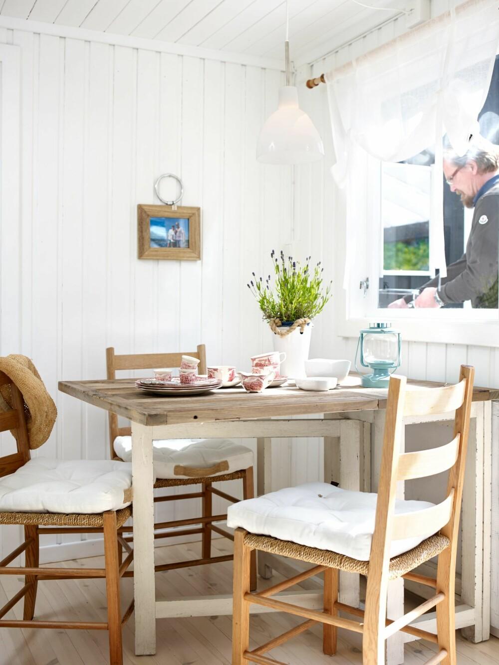 MELLOMROM: Kjøkken og soverom er på hver side av den lille spisekroken, og plassen imellom gjør god nytte for seg.