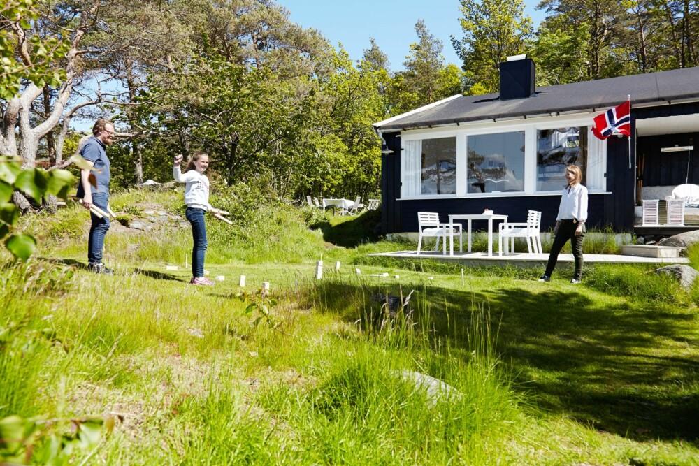 LEK: I hagen er det god plass til lek og moro.