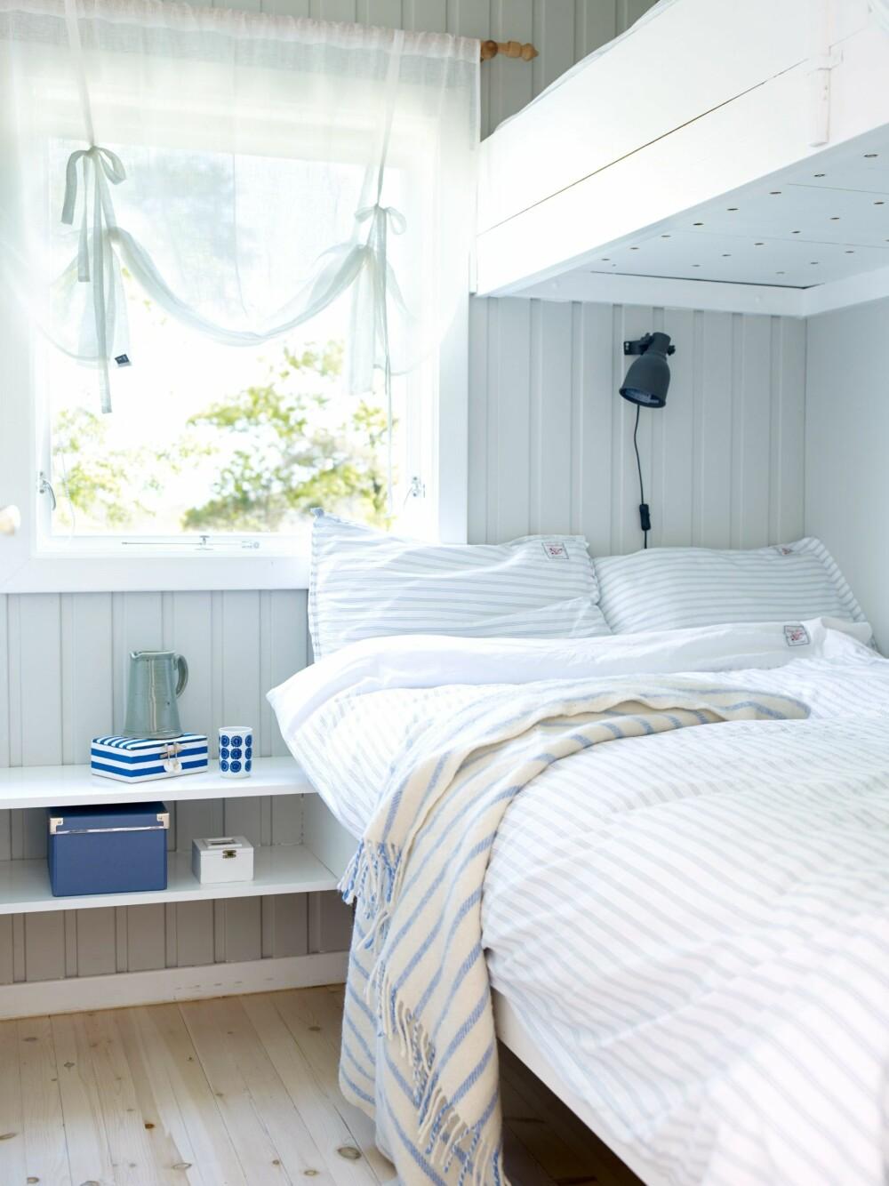 SELVLAGDE SENGEBUNNER: Sengebunnen består av løse planker som dekker hele bunnen, slik at den som ligger i underkøya slipper å se opp i madrassen. For å gi madrassen god lufting, har de boret to hull i hver planke.