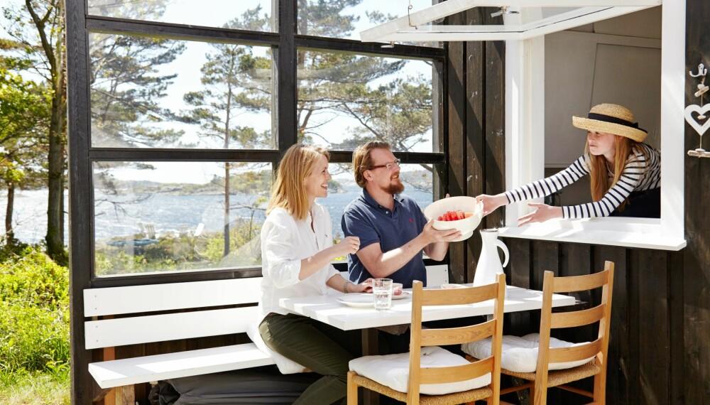 ORIGINALE LØSNINGER: Leveggen er en av de opprinnelige løsningene fra arkitekten, som selv eide hytta i 50 år. Det morsomme festet til kjøkkenvinduet er også laget av arkitekten.