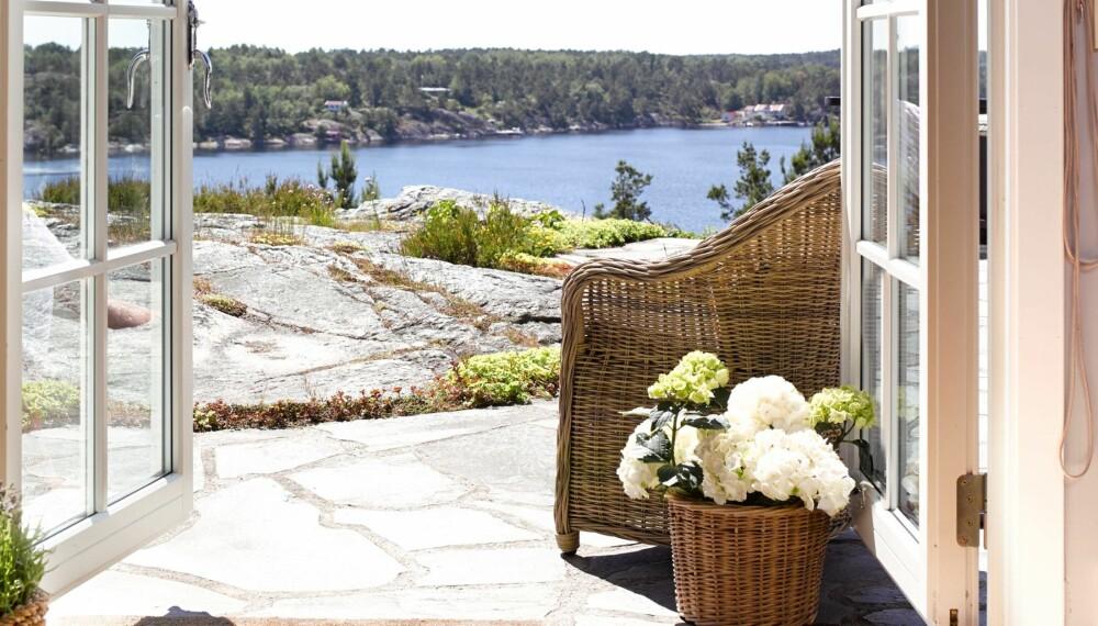 RETT UT: Når de store terrassedørene åpnes opp mot uteplassen, slippes sommeren rett inn i stuen. Utsikten gir hytteeierne en helt egen ro.