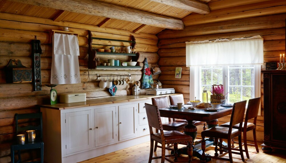 HELT ENKELT: Bestefars håndlagde kjøkkenbenk fra 1945 har fått komme til nytte igjen. Sammen med en forlenget benkeplate og tallerkenhyller, gir den hytteeierne plass til alt de trenger på hyttekjøkkenet.
