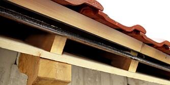 ISOLERE TAK: Når du etterisolerer et gammelt tak, er det viktig å lage et luftesjikt mellom isolasjonen og taktroen.