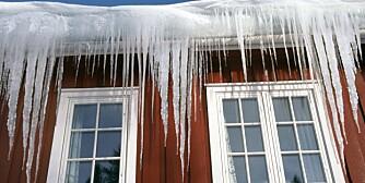 Lange istapper fra taket er et signal om at varme lekker fra innsiden og varmer opp takflaten slik at snøen smelter.