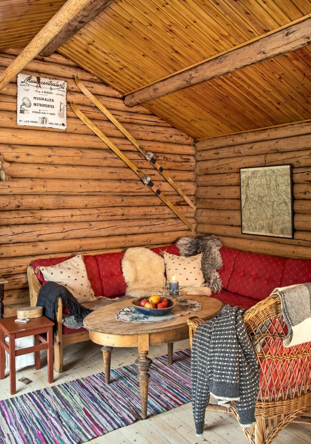 GODE MINNER: Over sofaen i stuen henger det et par Tømteski på veggen som et hyggelig minne.  Det er også blitt plass til et gammelt kart over Nordmarka.