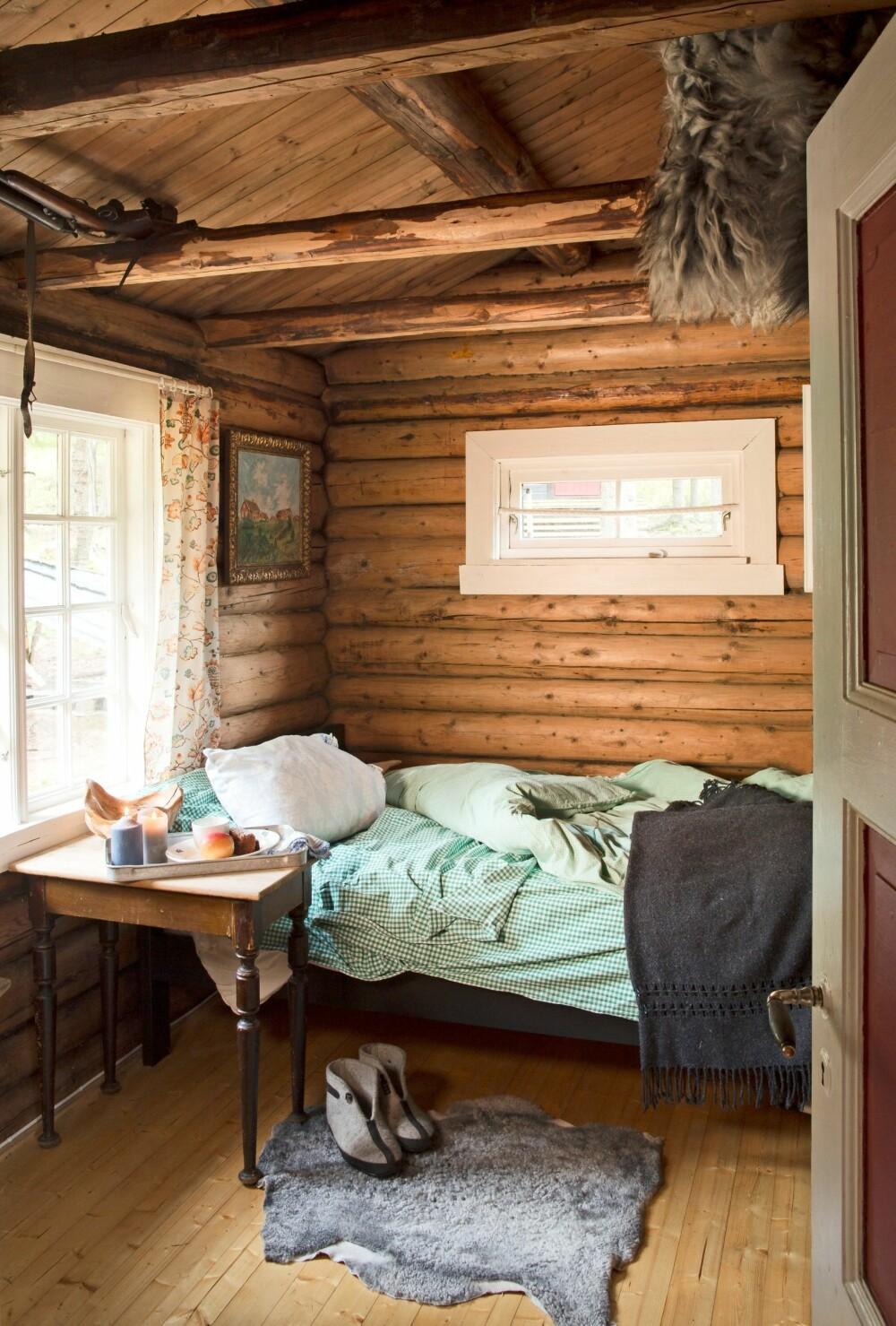 SOVEROMMET: Selv om det sjelden blir overnattet her, er det ingenting  i veien for å få en god natts søvn. Før svalgangen ble kjøkken,  var det her maten ble laget på en gammel vedkomfyr, også da med en seng i hjørnet.