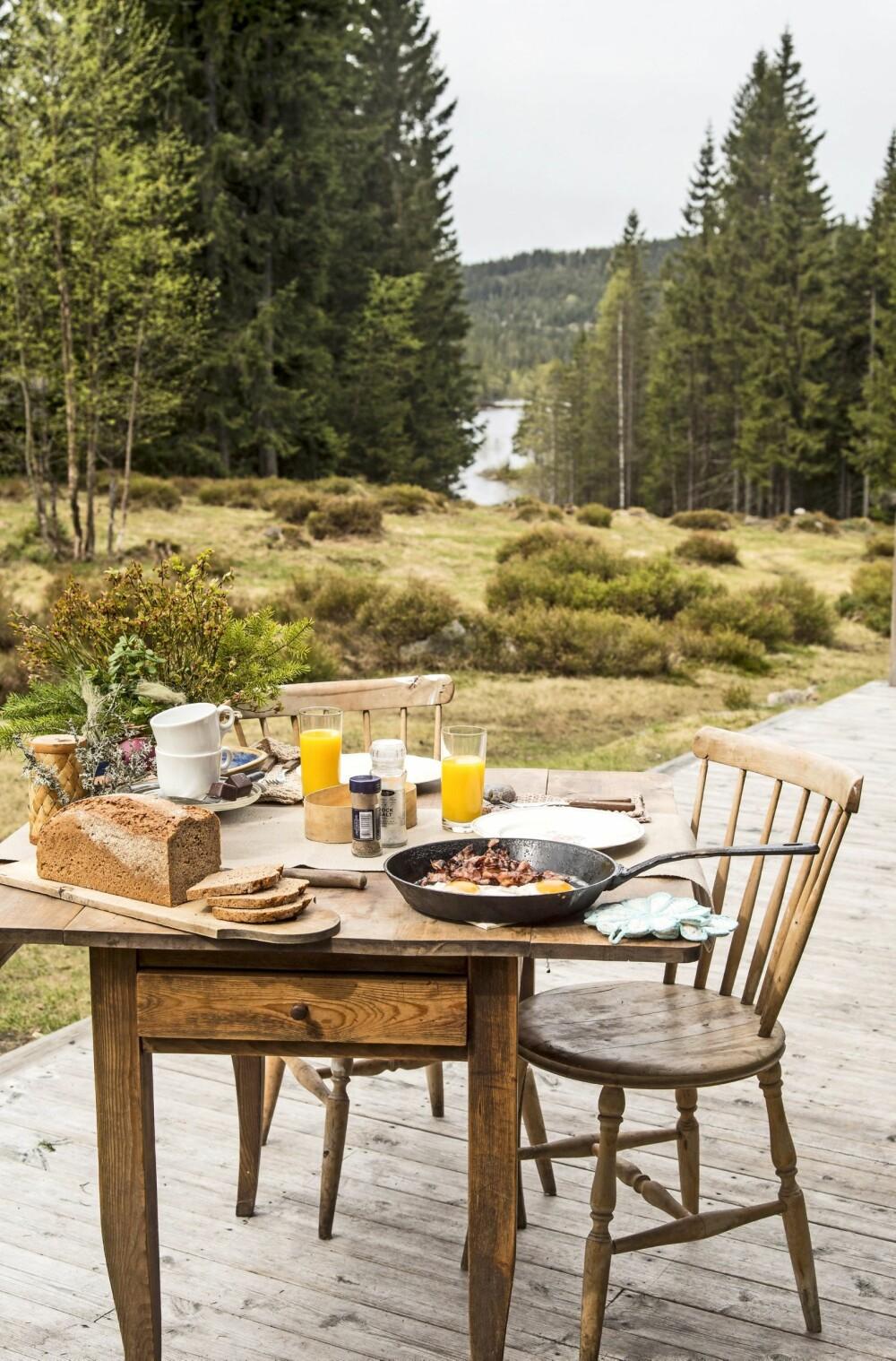 UTE TIL LUNSJ: Det er klart for utelunsj på plattingen med nykokt kaffe, egg og bacon.
