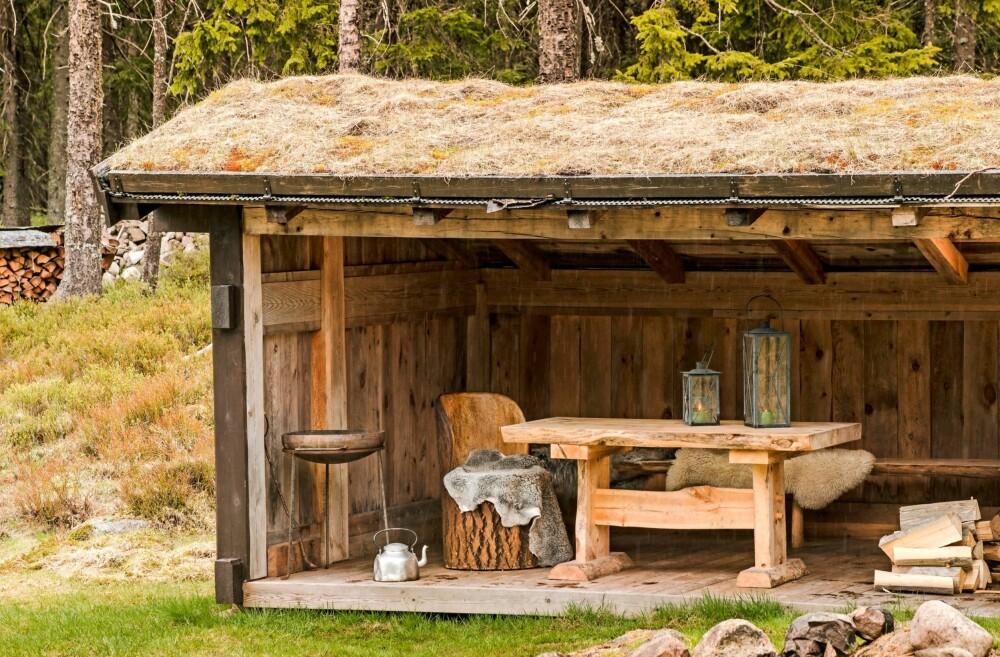 UTESTUE: En fin gapahuk gjør at det går an å sitte ute og grille eller steke mat på bålet, selv om været skulle være litt utrygt.