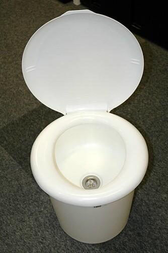OGSÅ SINGEL-DO: Urinova finnes også i enkeltutgave, men minner farlig mye om et tørrklosett. Som en moderne ¿nattpotte¿ er den jo perfekt når snøstormen uler og utedoen er snødd ned. Men naturligvis også til dagens mange små dobesøk. Kr 4500.