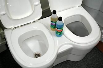 URINOVATOALETT: Urintoalettet til venstre og biodoen til høyre. Som vi ser er hullene i bunnen av klosettskålen omtrent som i oppvaskkummen. Kun vått i denne doen. Det krever litt hjerneaktivitet, og at vi til enhver tid vet forskjellen på høyre og venstre. Flasker med Sperrevæske til ¿vannlåsen¿ og Hygienevæske som sprayes i urinalen etter bruk, står klare til bruk. Pris hos Hyttetorget er 8500 kroner.