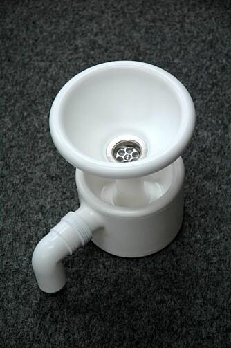 URINOVA-SYSTEMET: Her vises krumtappen i UriNova-systemet. ¿Vannlåsen¿ som gjør at urinen forsvinner ned under et ¿lokk¿ av sperrevæske. Både vannlåsen og sperrevæsken tåler frost. ¿Snabelen¿ er utløpsrøret som skal kobles videre på en slange som leder urinen vekk.