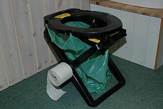 RESCUE CAMPING 25: En søt nød-do fra Separette (Hyttelivsenteret m.fl.) med urinseparering, som forener form og funksjon. Ingeniørkunst på sitt beste. Kan flatpakkes og leveres komplett med skulderveske, slange, spade, nedbrytbar kompostsekk, og dorull med holder.