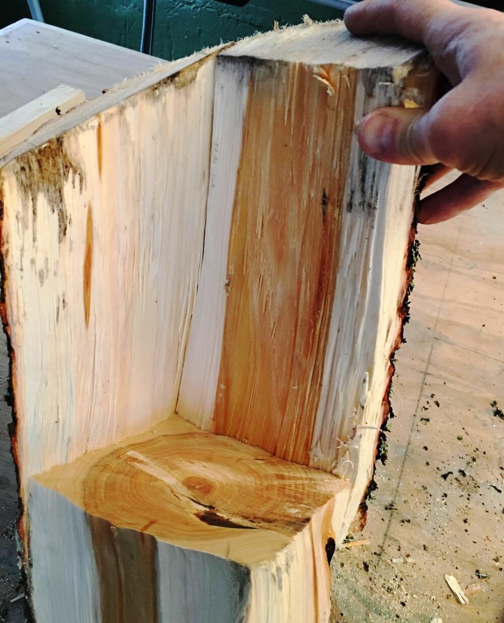 3. Klossen som blir igjen i midten skjærer du av ca. 10 cm opp fra bunnen. Nå kan du sette på sidene igjen. Start med å spikre dem fast til bunnklossen.