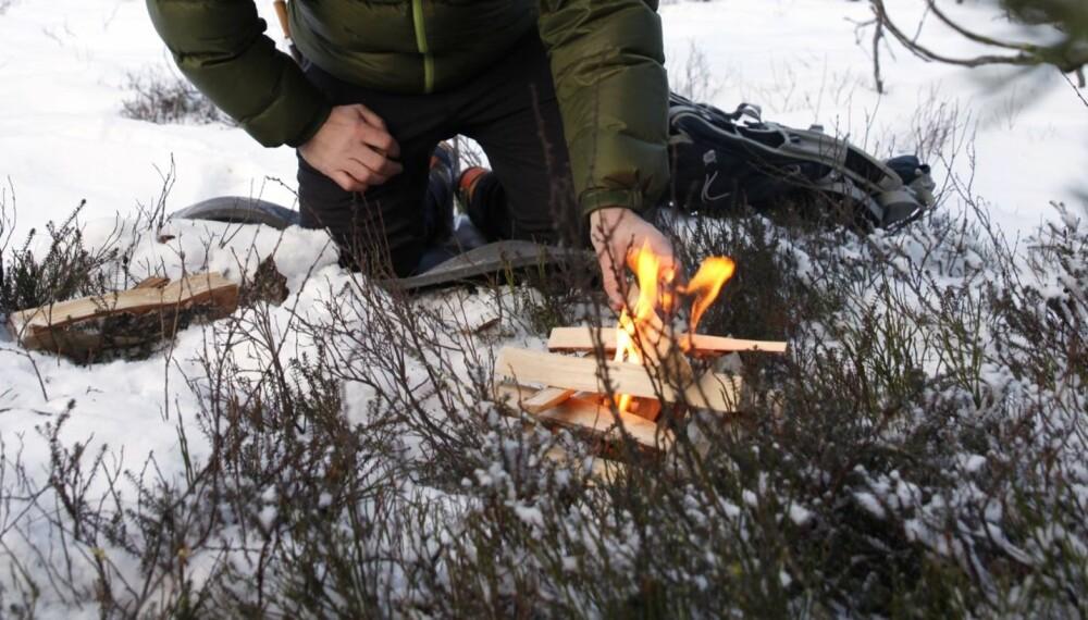 HØRER MED: Å tenne bål på tur er en selvfølge,  synes Christer Gundersen. For å unngå at vinterbålet synker ned  i snøen, kan du finne eller lage et underlag for bålet.