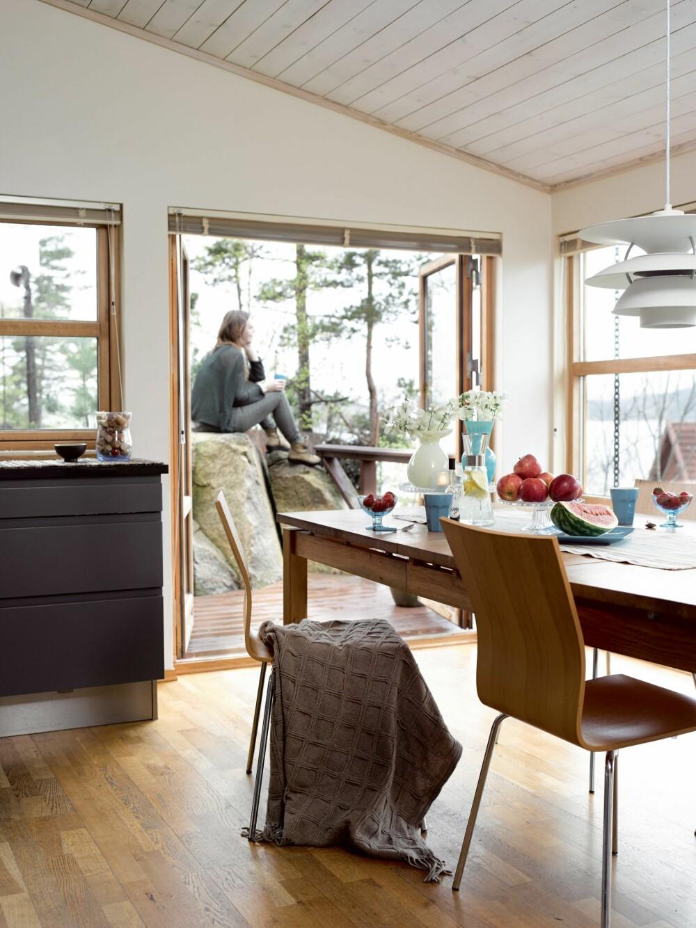 EN EGEN UTSIKTSSTEIN:  Det er godt med en kaffekopp på utsiktssteinen rett utenfor kjøkkenet. Eierne  anbefaler å sprenge minst mulig, og heller tilpasse hytta til tomta.