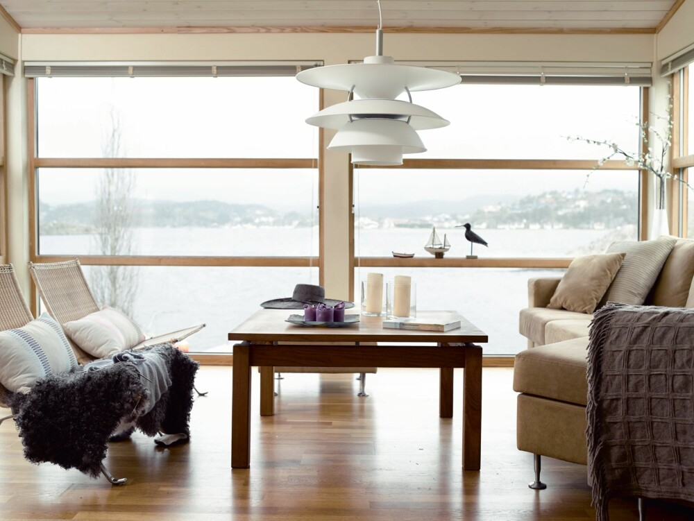 GOD OVERSIKT: Livet på sjøen kan følges også fra sofakroken. Glassflaten er som et foranderlig maleri på veggen.