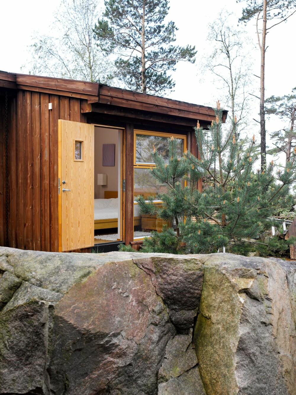 PRIVATE SFÆRER:  Soverommene er bygget for seg selv, og gjesterommet har en egen inngang og vask. Rundt hytta er det et flott turterreng i skog og mark.