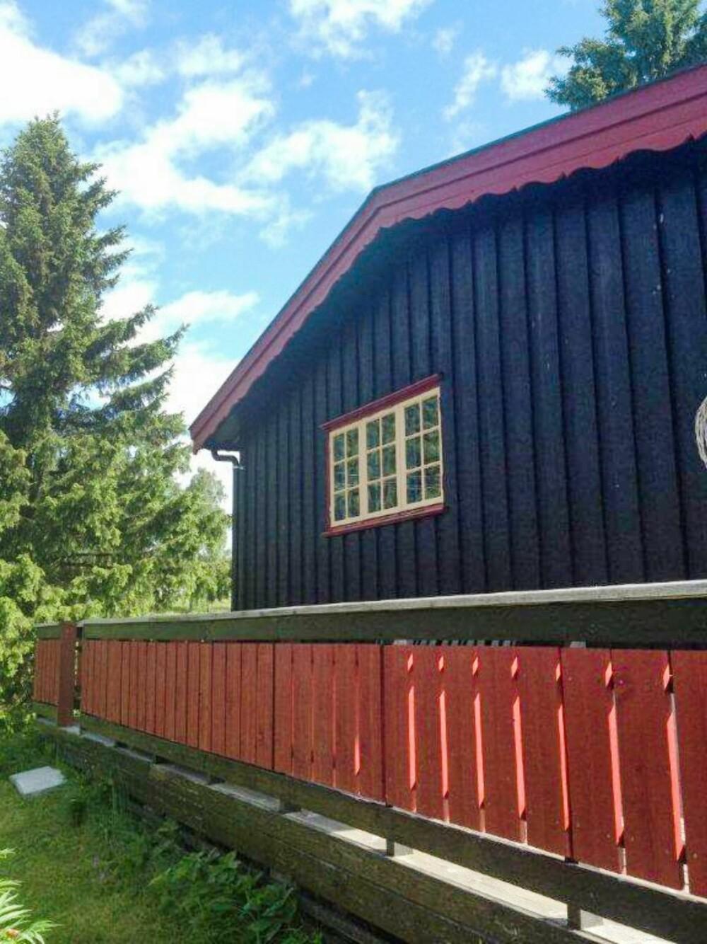 GAMMEL FASADE: Den utvendige røde blondekanten i gavlen ble fjernet og hytta ble malt. (FOTO: Privat)