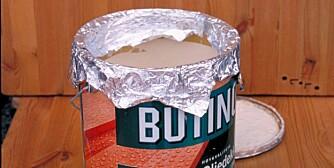 UNNGÅ SØL: Aluminiumsfolie rundt kanten av malingsspannet hindrer søl.