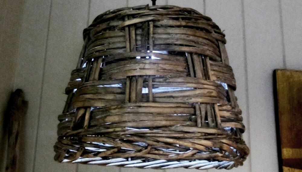 Kurvlampe: Kjersti Høibjerg har laget denne lampen, mens hun drømmer om en enkel hytte uten strøm og vann.