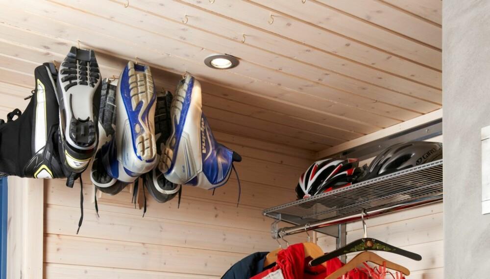 TIPS: I gangen har hytteeierne hengt opp skisko og støvler i små kroker.