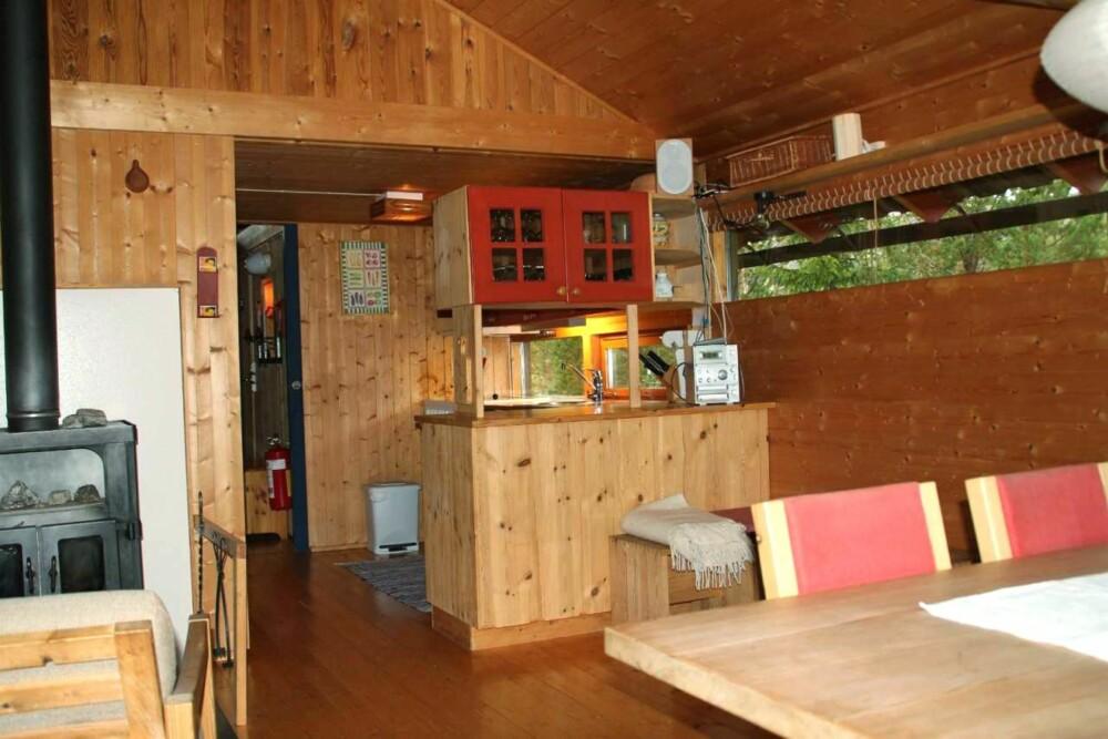 FULGTE MED: Bortsett fra stolene ved spisebordet, fulgte alle møblene med da de tok over hytta. (FOTO: Sveinung Bråthen)