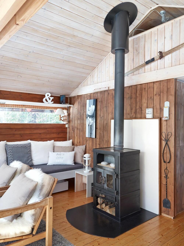 KOSEKROKEN: «Bells cabin» står det på puta som Yvonne fikk av søsteren i innflyttingsgave, og den har fått hedersplass i kosekroken. (FOTO: Sveinung Bråthen)