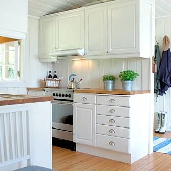 MALT KJØKKEN: Kjøkkenet fikk malte fronter og ny benkeplate i eik. Slik kan et kjøkken endres fullstendig, uten at man bruke mer penger enn nødvendig.