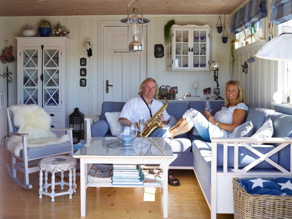 KVALITETSTID: I sommermånedene bor ekteparet store deler på hytta. Geir, som jobber som musiker, kobler gjerne av med musikk og Wibekke har ikke noe i mot å lytte.