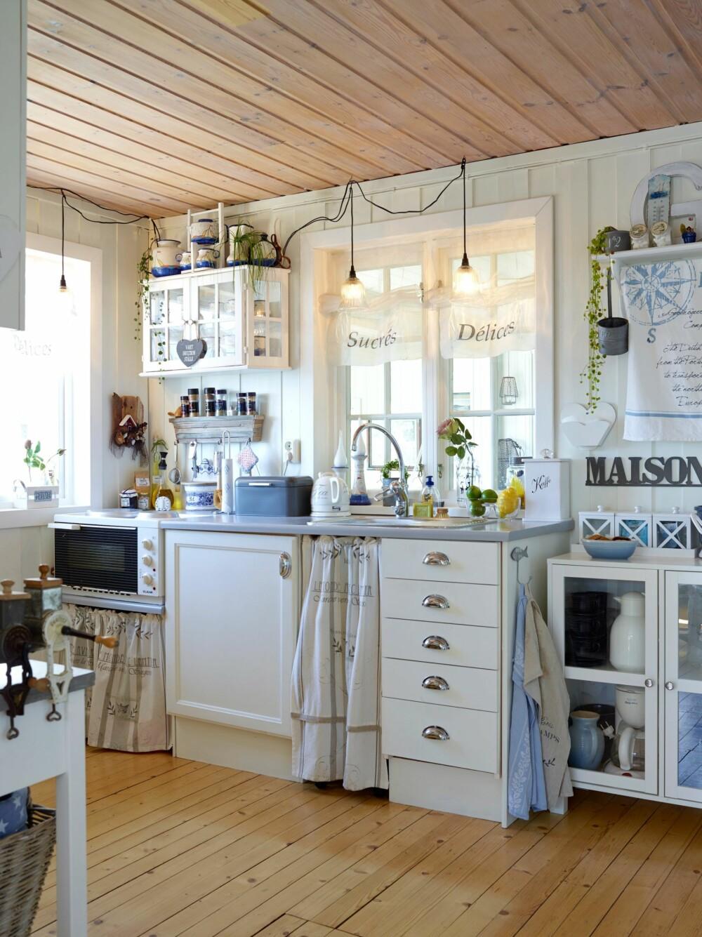 VINU MOT UTESTUEN: Kjøkkenet står på akkurat samme sted som tidlig på 50-tallet. Etter at dagens eiere utvidet og bygget på hytta, går vinduet over oppvaskbenken ut til den innebygde utestuen, noe som er praktisk når de har middagsgjester og kan sende alt gjennom vinduet.