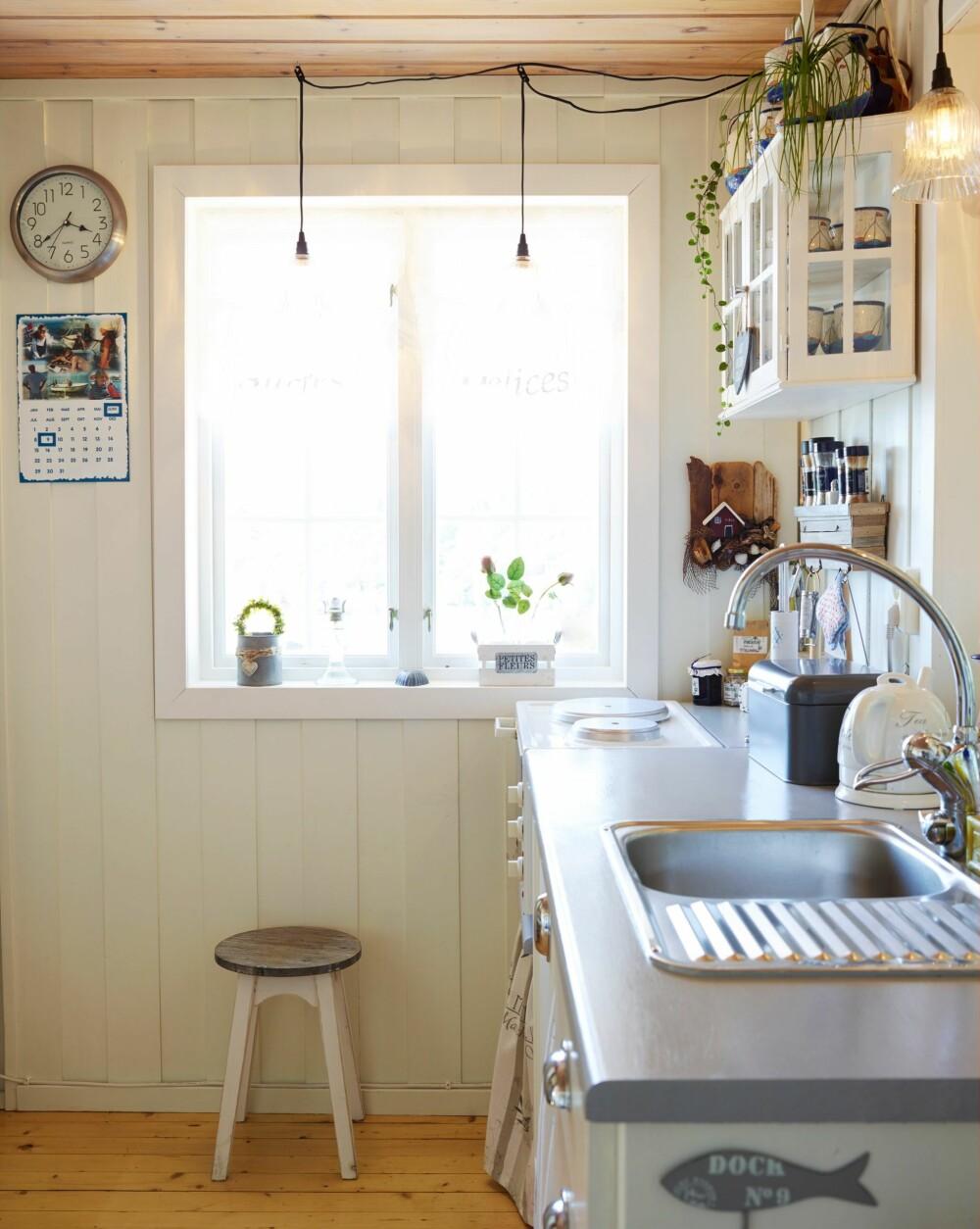 ORIGINAL INNREDNING: I det første kjøkkenet, tidlig på 50-tallet, var innredningen en benk med to gassbluss, og et gasskjøleskap. Da en ny generasjon overtok på 70-tallet, satte de inn en  ny innredning i furu. Den har dagens eiere beholdt, men de har malt den hvit og grå.