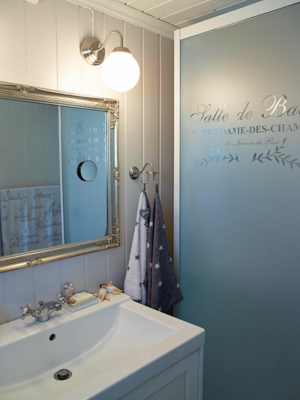 KREATIV DUSJVEGG: Wibekke jobber med folie og trykk, og har selv designet mønsteret som er lagt på dusjveggen.