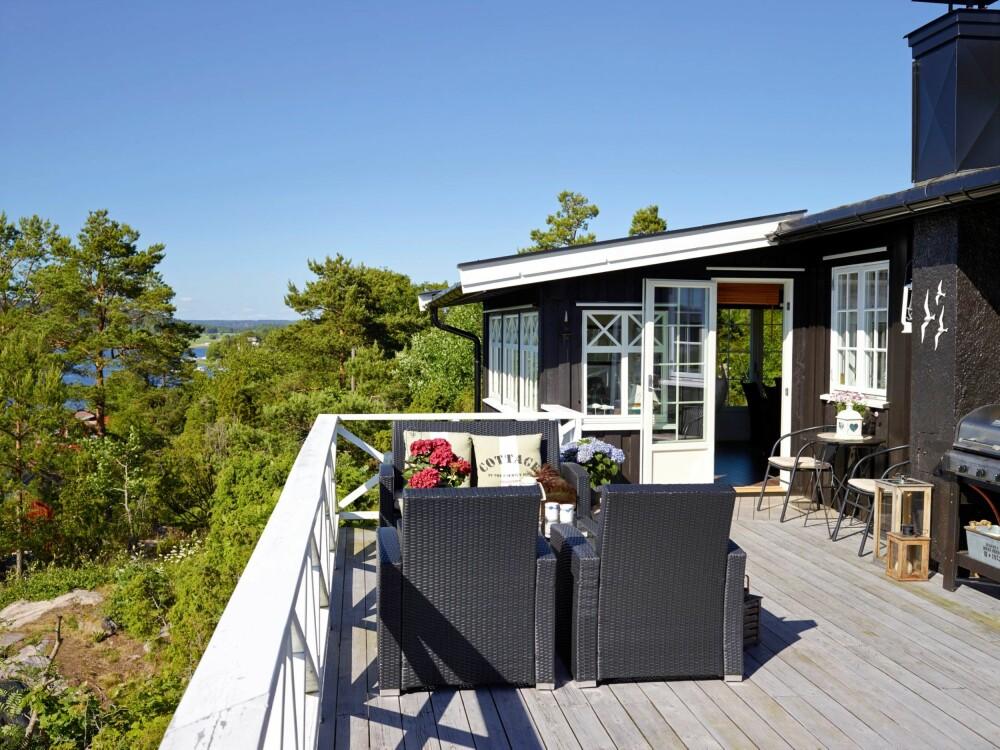 SOLRIK TERRASSE: Wibekke og Geir har bygget en stor terrasse, der de kan nyte sola hele dagen.