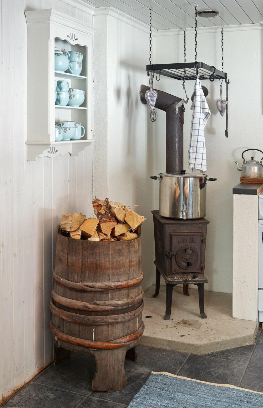 Enkelt: Det er enkelt på kjøkkenet, der en gammel vedovn fra Jøtul er god å ha. Her kan våte klær og håndklær henge til tørk.