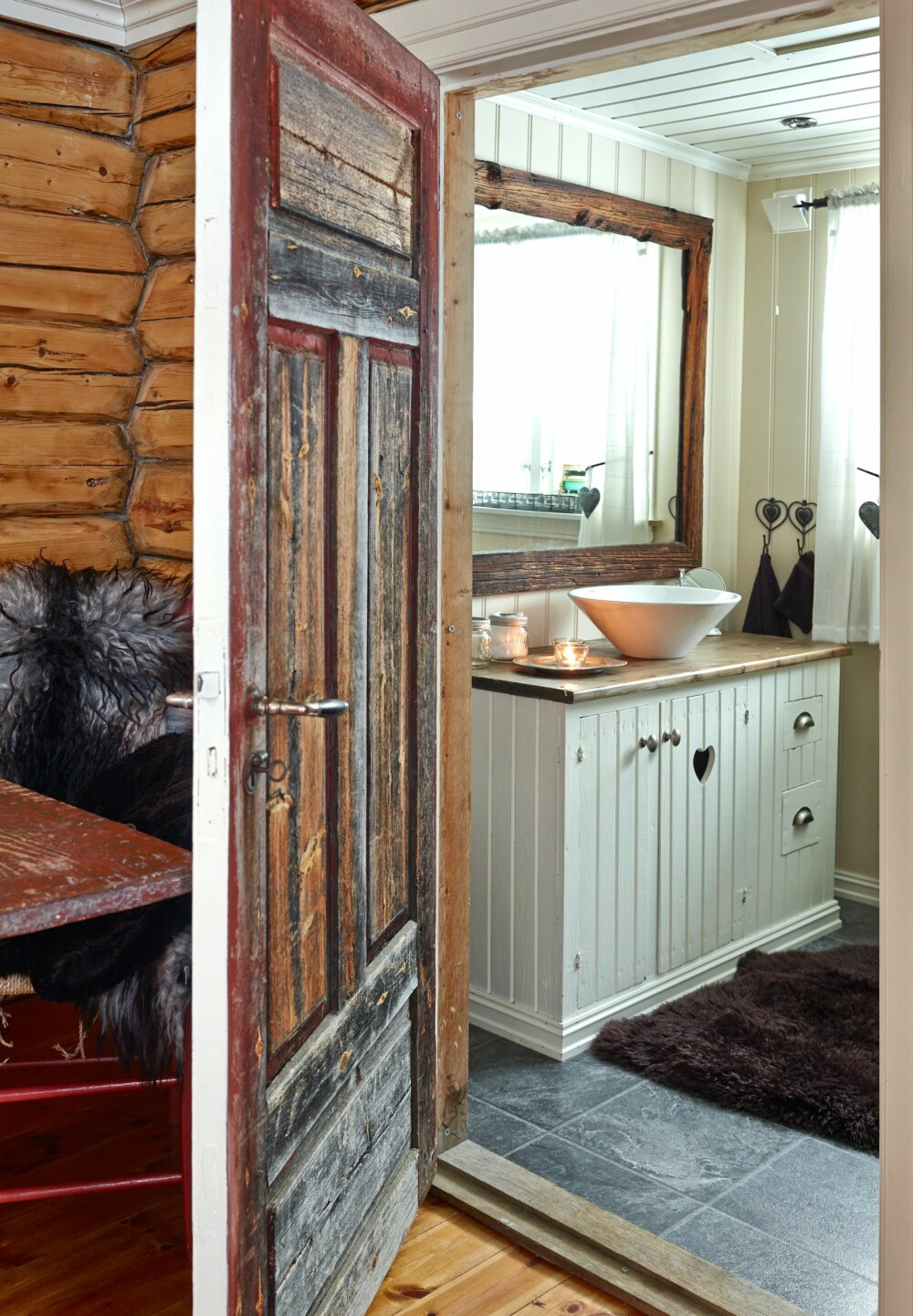 Nytt bad: Badet er nyoppusset og har inngang fra stuen. Hytteeieren har imidlertid klart å bevare den gamle døren med den røffe overflaten.