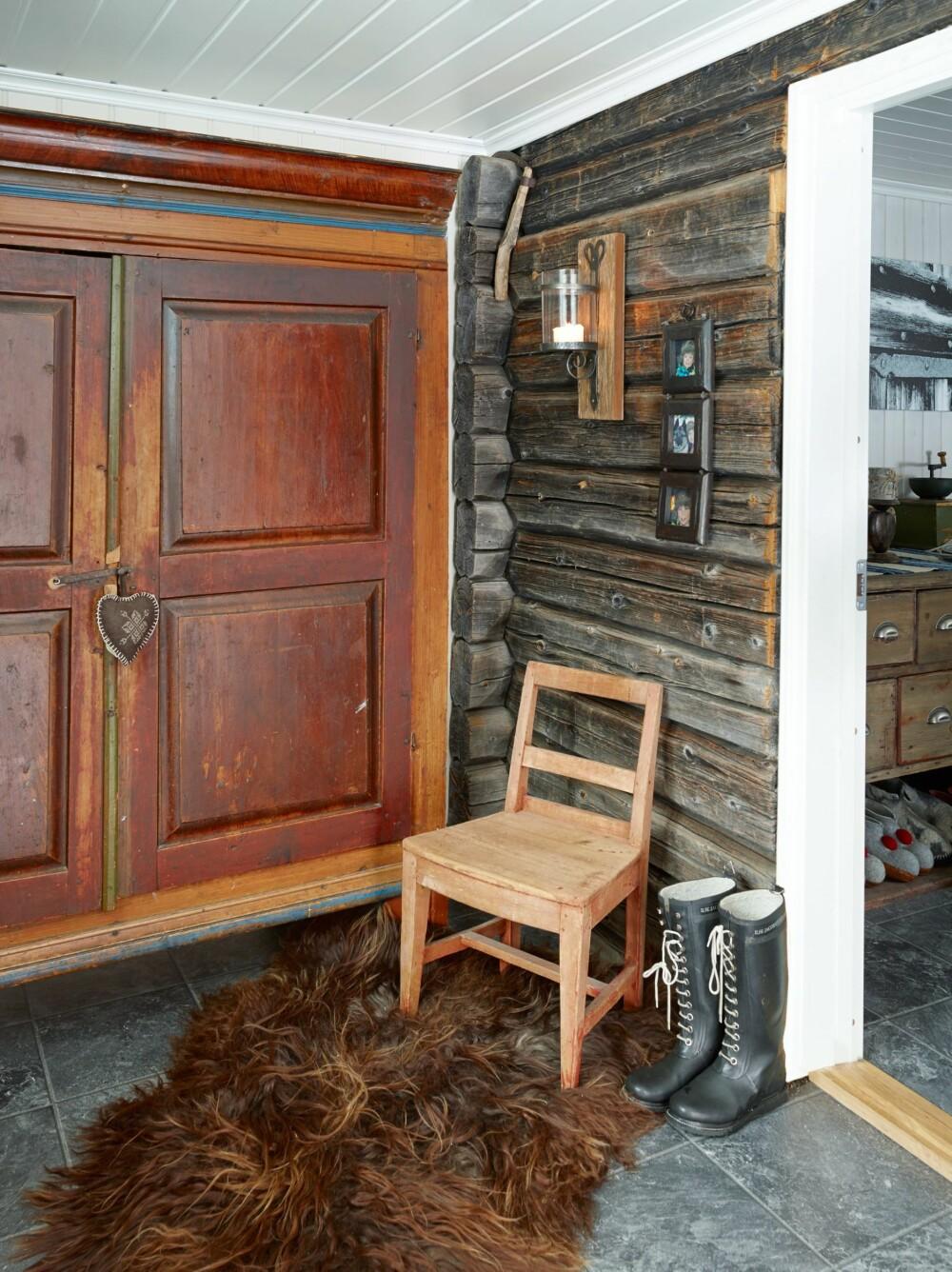 Tok vare på ytterveggen: I gangen har familien beholdt den vakre ytterkledningen fra det gamle inngangspartiet.
