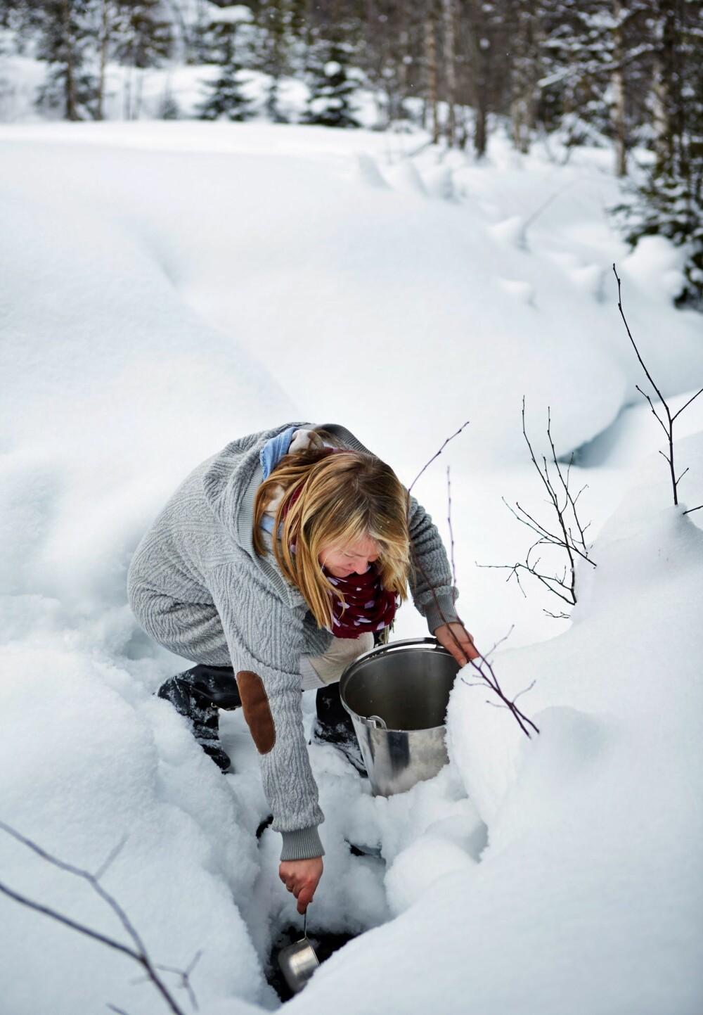 I bekken: Vann til kaffen henter Lene i bekken som ligger cirka 100 meter fra hytta. Snart putrer kjelen på ovnen.