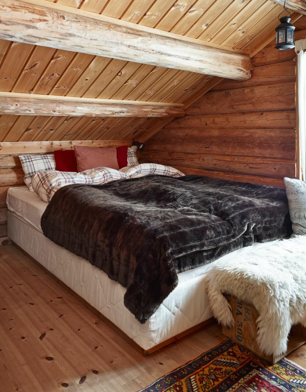 Favorittrommet: Det er på hemsen barna trives aller best. Her har familien fått plass til fem sengeplasser. Nå har de planer om å bygge et nytt soverom i den andre enden av hytta.