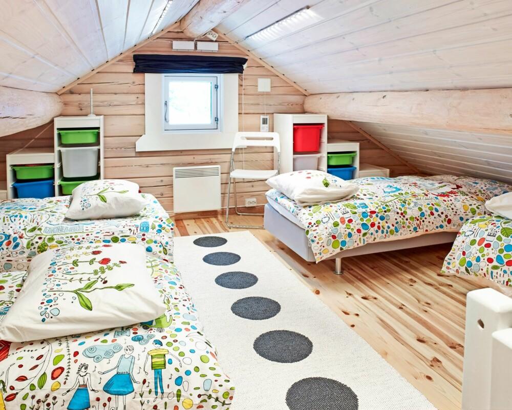 GJESTEROM: Det er plass til mange gjester på hemsen, som er delt i to rom med fire senger i det ene og to i det andre. Her sover familien fra England når de kommer på besøk. Tripptrapp-hyllene fra Ikea passer spesielt godt under skråtaket. FOTO: Sveinung Bråthen