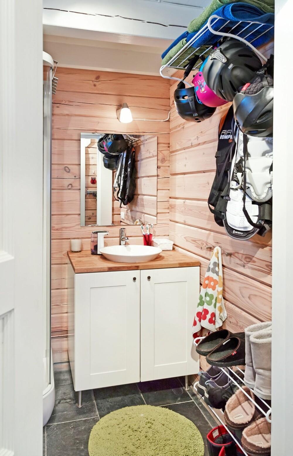 HA DET PÅ BADET: Det er tenkt på oppbevaringsløsninger i nesten hvert eneste rom. På badet henger familien opp hjelmer og skiutstyr etter endt skidag i bakken. FOTO: Sveinung Bråthen