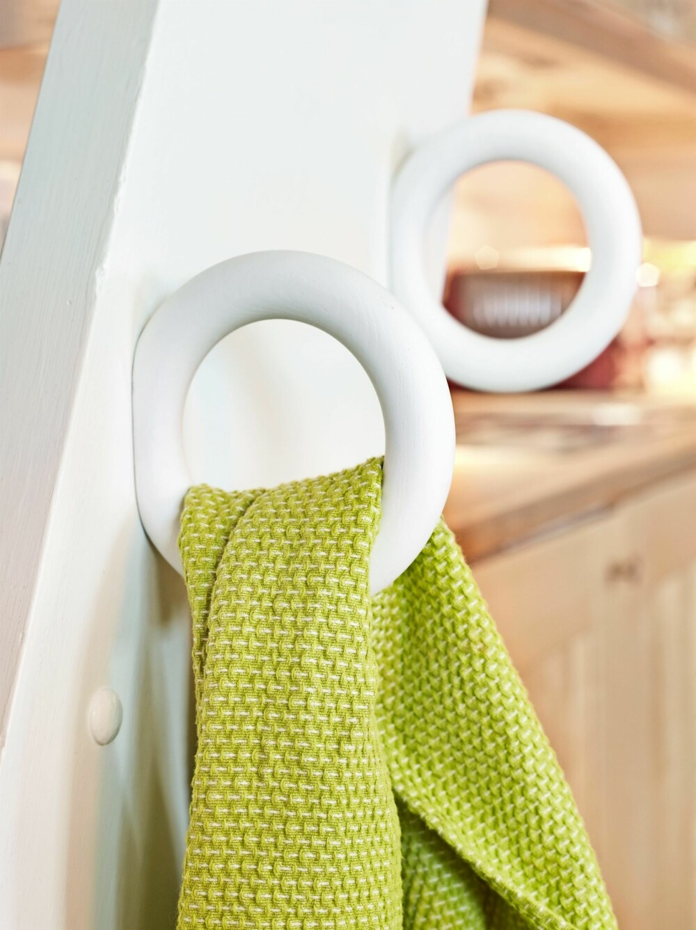 KNAGGRINGER: De morsomme knaggene til kjøkkenhåndklær har fått plass på stigen opp til hemsen. Knaggene er fra Hay. FOTO: Sveinung Bråthen