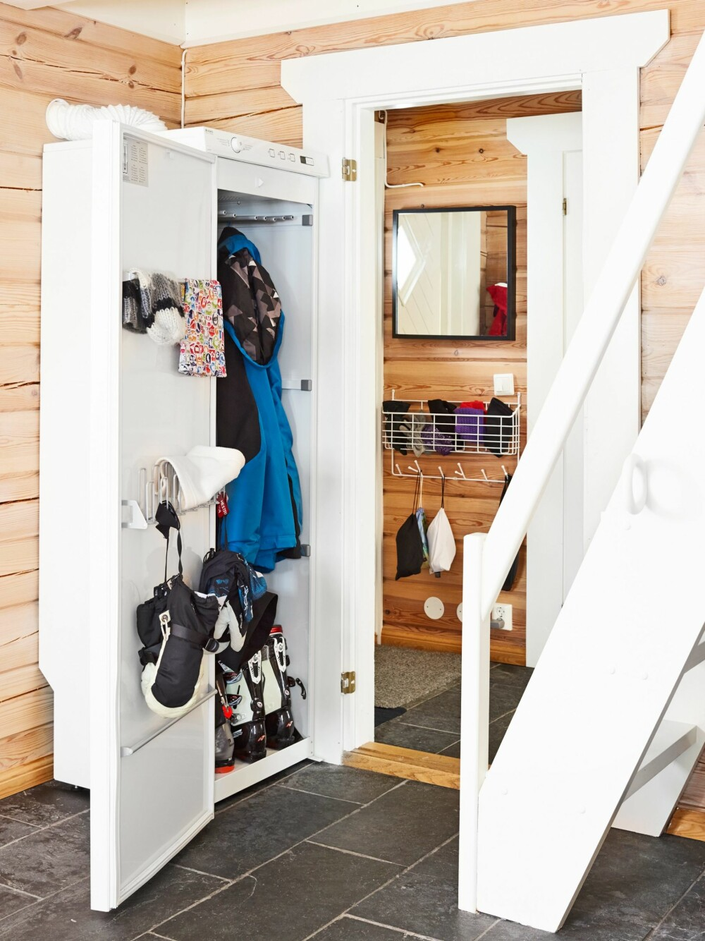 TØRKESKAP: Det første Keeley kjøpte da hun ble hytteeier, var et tørkeskap. Det er praktisk med tanke på at familien har mange skisko, luer og votter som raskt skal bli tørre. FOTO: Sveinung Bråthen