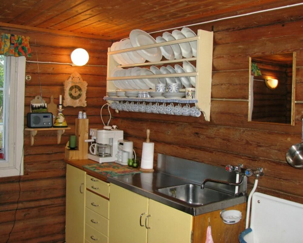 LITEN PLASS: Det gamle kjøkkenet hadde en klønete løsning med lite benke- og skapplass.