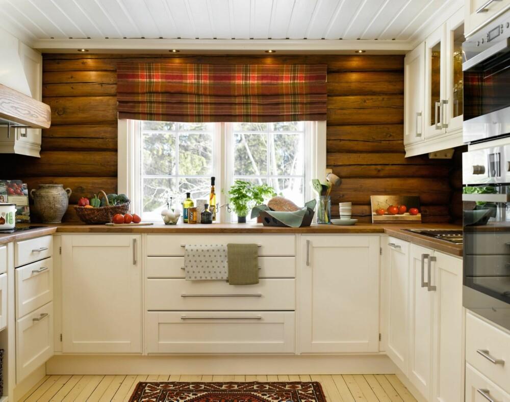 ROMSLIG: Det nye kjøkkenet fra Kistefos er romslig og lyst. I tillegg har beboerne fått god benkeplass og oppbevaringsmuligheter i skap og skuffer. Gardinene i ull er sydd av butikken Birgits gardiner og interiør på Gran, tekstilet heter Moflin Pagunette. Veggene er beiset i fargen Valnøtt.