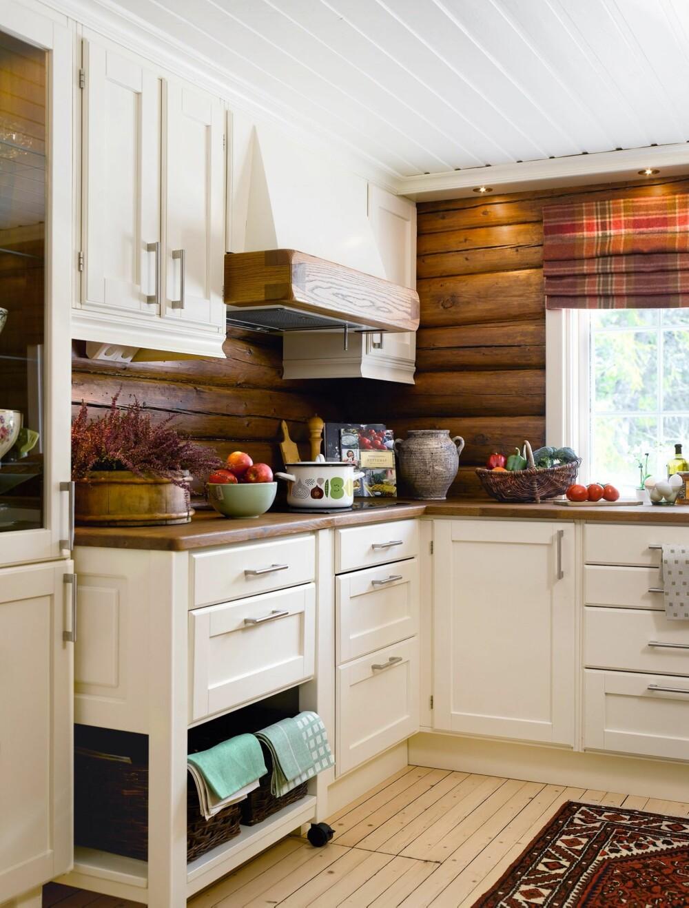 LUNT: De lune, beisede veggene gir en varm og koselig atmosfære på kjøkkenet. Og siden kjøkkenet er såpass lyst tåler rommet de mørke veggene godt.